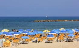 Bryczka parasole na mieście i hole wyrzucać na brzeg Tel Aviv Obraz Royalty Free