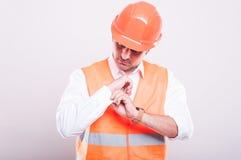 Brygadier jest ubranym odbijającą kamizelkę układa koszulowego guzika Fotografia Royalty Free