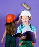 Brygadiera inspektor naprawa inżynieria pomysł Przyszłościowa kariera Małe dzieci w hełmie z pastylką i rolownikiem dostępny dzie zdjęcie stock