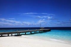Brygga av den maldivian ön Arkivfoto