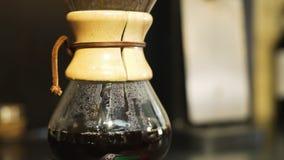 Brygga för handbok av kaffe i coffee shop lager videofilmer