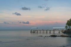 Brygga för korallhavssemesterort, hytt i Abel Point Marina på solnedgången Arkivbilder