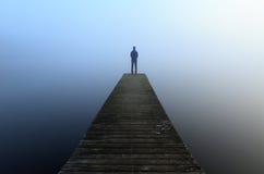Brygga i dimman Arkivfoto