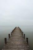 Brygga i dimmigt väder (lodlinjen) arkivfoto