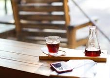 Brygga kaffehäverten och exponeringsglas av kaffe Hipstercoffee shop Smartphome och mejerianteckningsbok arkivbilder