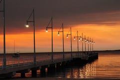 Brygga med ljus på solnedgången Perth Rockingham västra Australien Royaltyfria Bilder