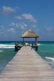 Brygga med strandkojan på den perfekta karibiska stranden Fotografering för Bildbyråer
