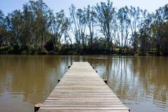 Brygga på flodkanten Arkivbilder