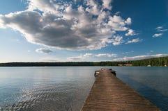Brygga på Sajno sjön nära Augustow fotografering för bildbyråer