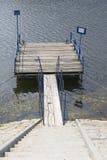 Brygga på sjön Arkivfoto