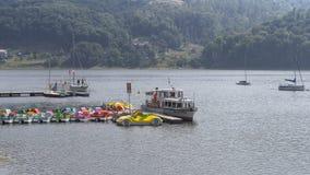 Brygga på sjön Arkivbild