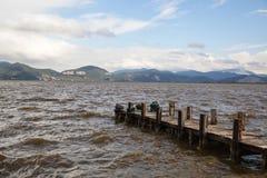 Brygga på sjön, lugna vattnen och reflexionen Royaltyfria Foton