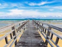 Brygga på stranden med blå himmel Royaltyfri Bild