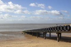 Brygga på Thorpe Bay Beach, Essex, England royaltyfri bild