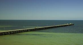 Brygga som är rättfram till havet royaltyfri fotografi