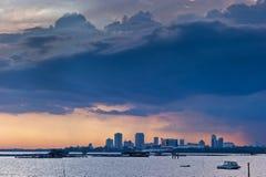 brygga stadsjohor för bahru över stormsolnedgång arkivbild