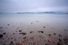 Brygga stormsky med kustlinjen Royaltyfri Bild