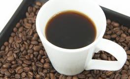Kaffe och kaffebönor Arkivbild