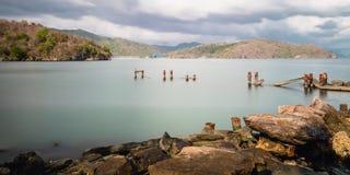 Bryggan för pir för den Chacachacare ön fördärvade den gamla seascapenaturskönhet Trinidad och Tobago Arkivbild