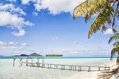 Bryggan i azurer slösar havet, Bora Bora, franska Polynesien Arkivfoton