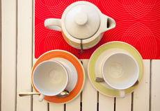 Bryggas svart te för frukt i en tekanna Royaltyfri Bild