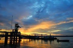 bryggasilhouettesingapore solnedgång Royaltyfri Bild