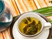Bryggat grönt te visar kafédrinkar och förnyade royaltyfria bilder
