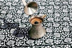 Bryggat kaffe på bordduken med prydnader Royaltyfri Foto