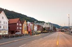 Bryggen den Hanseatic hamnplatsen av Bergen strand som är tom av folk på soluppgång på sommar, Norge royaltyfria foton