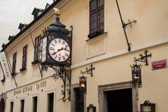 Bryggeri och restaurang med en klocka i Prague Royaltyfria Bilder