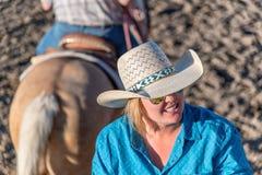 BRYKA jaru miasto - CZERWIEC 21, 2018: Cowgirl po jechać jej hors Zdjęcia Royalty Free