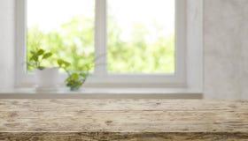 Bryna den åldriga trätabletopen med det suddiga fönstret för produktskärm fotografering för bildbyråer