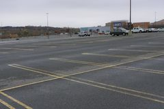 Bryner asklagret i Danbury Connecticut med den tomma parkeringsplatsen royaltyfri bild