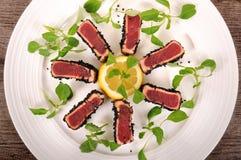 Brynt bästa sikt för tonfisksallad arkivbilder