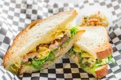 Brynt kryddig Tombo tonfisk med wakamesallad- & potatischiper på vitt bröd Fotografering för Bildbyråer