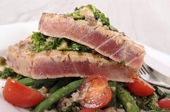 Brynt tonfiskbiff med böna- och tomatsallad Arkivfoton
