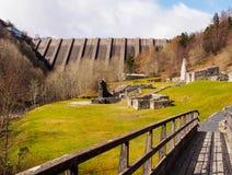 Bryntail ledningsmin och Llyn Clywedog Reservoir Dam Arkivfoton