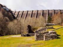Bryntail ledningsmin och Llyn Clywedog Reservoir Dam Royaltyfri Fotografi