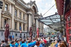 Bryssel börs, gatakafé Arkivfoto