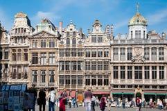 Bryssel Belgien - April 11, 2011; touris framme av buildingof Grand Place Royaltyfria Bilder
