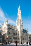 Bryssel Belgien - April 11, 2011; touris framme av stadshuset Royaltyfri Bild