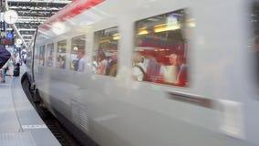 BRYSSEL BELGIEN CIRCA Augusti 2017: Internationellt drev som ankommer på plattformen av järnvägstationen arkivfilmer