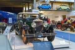 BRYSSEL BELGIEN - DECEMBER 05 2016 - Autoworld museum, gammal bilsamling som visar historien av bilar från början Arkivbilder