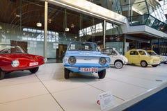 BRYSSEL BELGIEN - DECEMBER 05 2016 - Autoworld museum, gammal bilsamling som visar historien av bilar från början Arkivbild