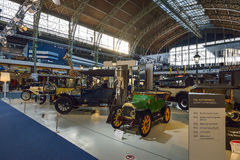BRYSSEL BELGIEN - DECEMBER 05 2016 - Autoworld museum, gammal bilsamling som visar historien av bilar från början Fotografering för Bildbyråer