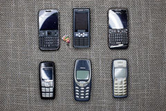 Bryssel Belgien - Februari 26, 2017: En samling av gamla mobiltelefoner inklusive den iconic Nokia 3310, Nokia 1600, E71 och E72 royaltyfria bilder