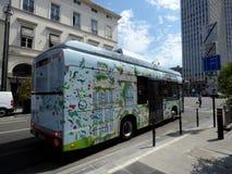 Bryssel Belgien - Juli 10th 2018: Elektrisk buss på den nyligen skapade linjen 33 av STIB i Bryssel Royaltyfria Foton