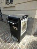 Bryssel Belgien - Juli 10th 2018: Sol- avskrädefack som installeras i den London fyrkanten i Ixelles, Bryssel Royaltyfri Fotografi