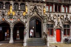 BRYSSEL BELGIEN - JUNI 10, 2014: Ingång av basilikan av det heliga blodet i Bryssel Arkivbild