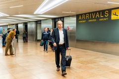 Bryssel Belgien, Maj 2019 Bryssel flygplats, folk som v?ntar och m?ter deras v?nner och familjer arkivfoton